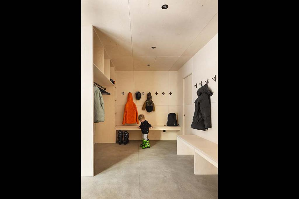 Całoroczny dom letniskowy Cabin A - szatnia na ubrania, obuwie i sprzęt sportowy