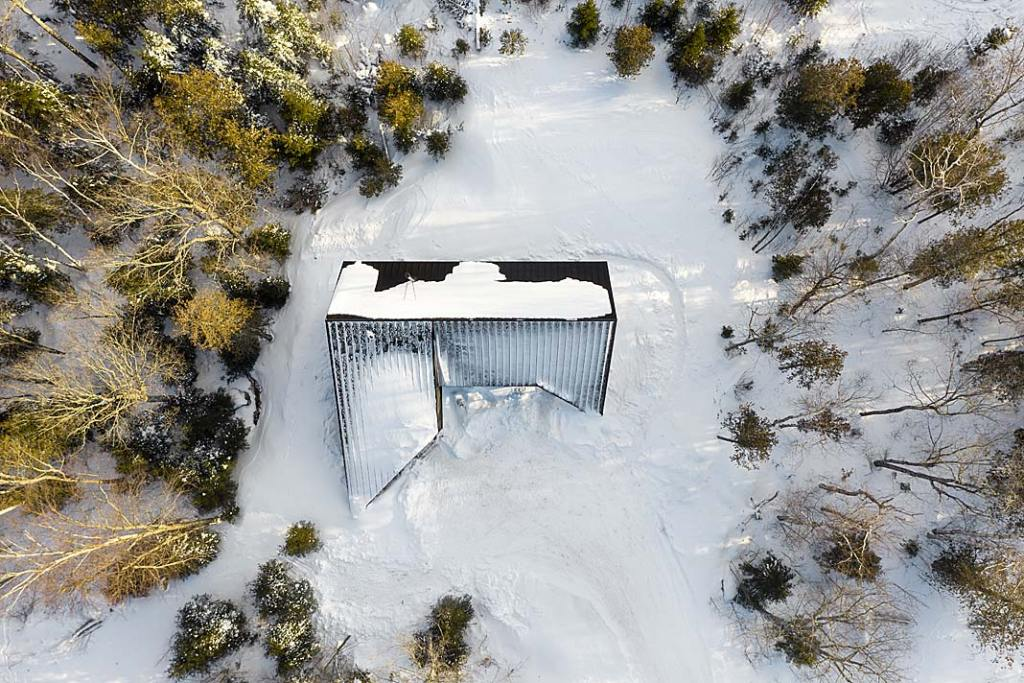 Dach domu letniskowego Cabin A w Kanadzie przypomina żagiel zwrócony w stronę wiatru