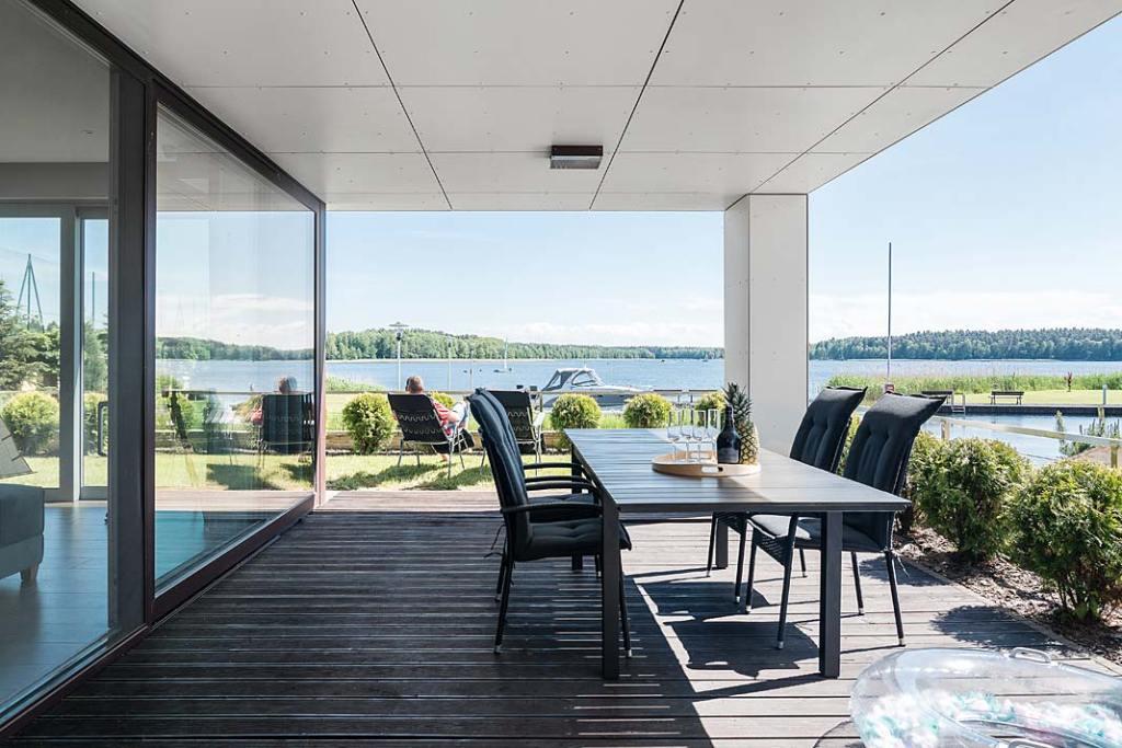 Dom nad jeziorem Kisajno - taras z widokiem na jezioro. Projekt: Estera i Robert Sosnowscy. Fot. Fotomohito