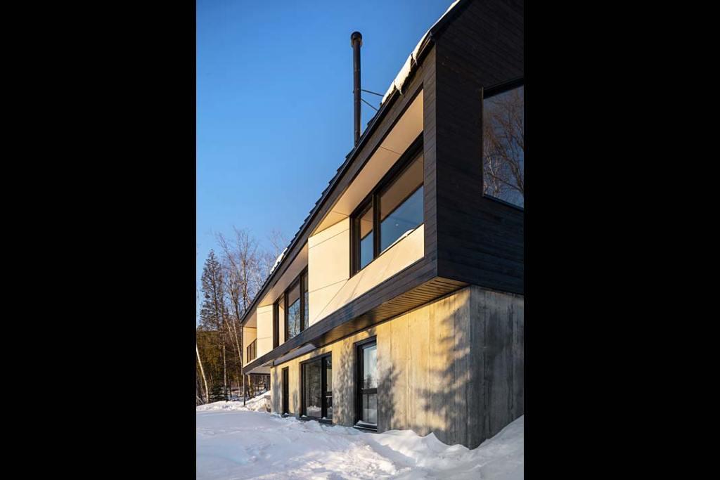 Duże przeszklenia domu letniskowego Cabin A w Kanadzie otwierają wnętrza na otoczenie