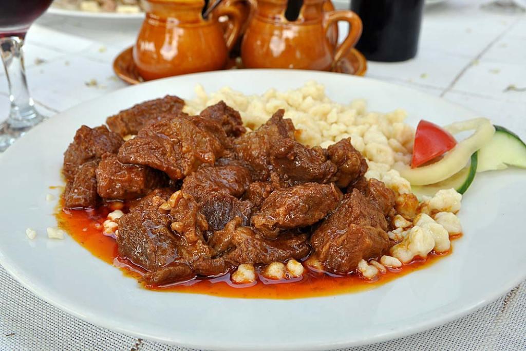 Kuchnia Węgier. Gulasz z mięsa z szarego bydła węgierskiego