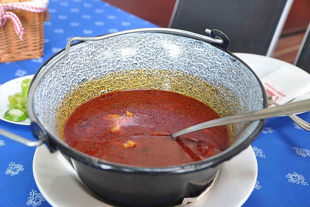 Węgierskie smaki. Halaszle, zupa rybna w stylu segedyńskim
