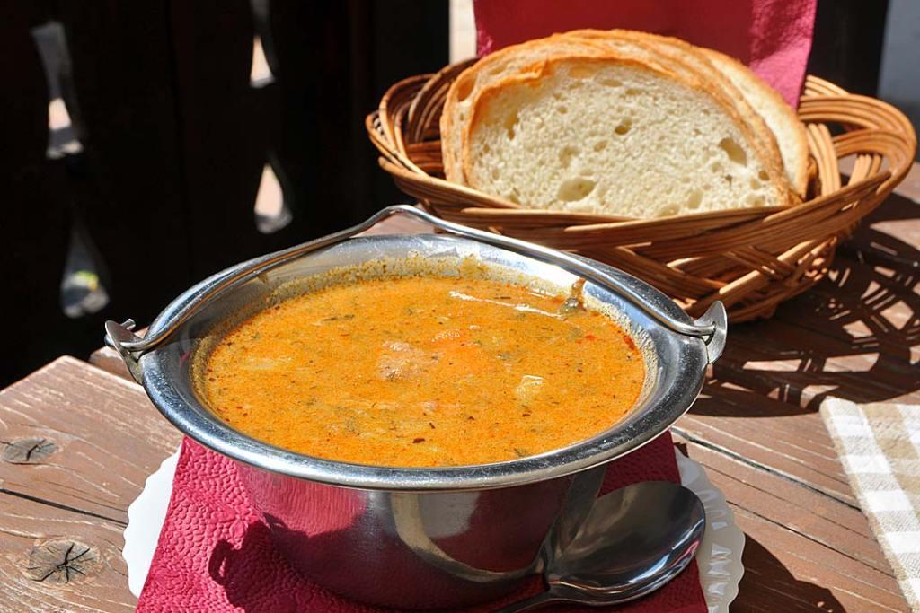 Kuchnia Węgier. Hollókői Palócleves, zupa gulaszowa połowiecka