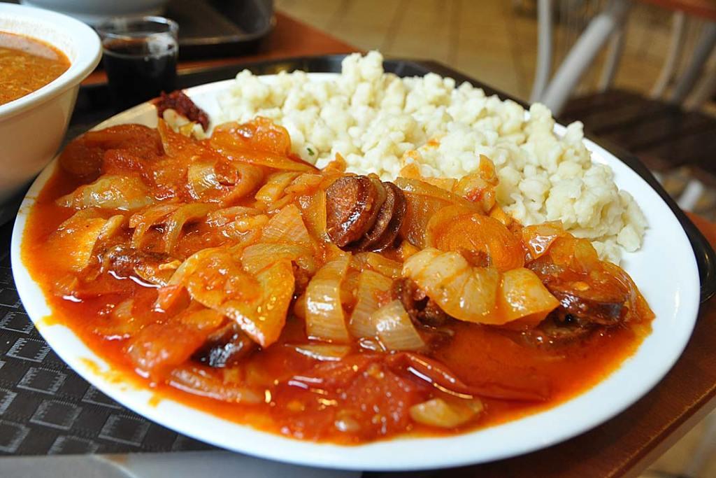 Kuchnia Węgier. Lecsó - leczo z kiełbasą i z kluseczkami
