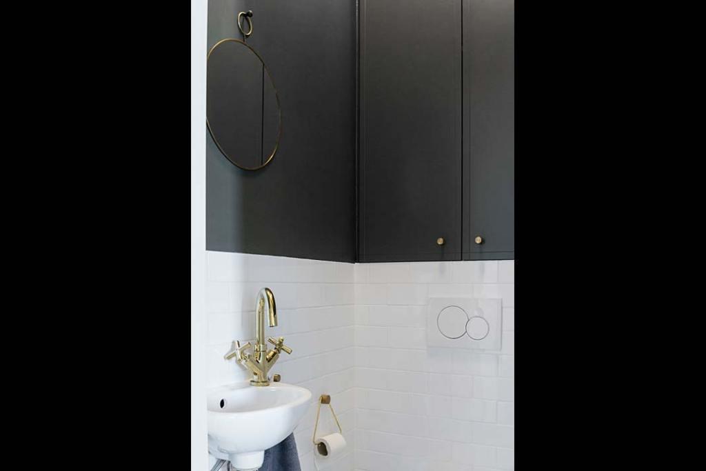 Mała umywalka w toalecie. Projekt: Magda MIlejska i FROPT
