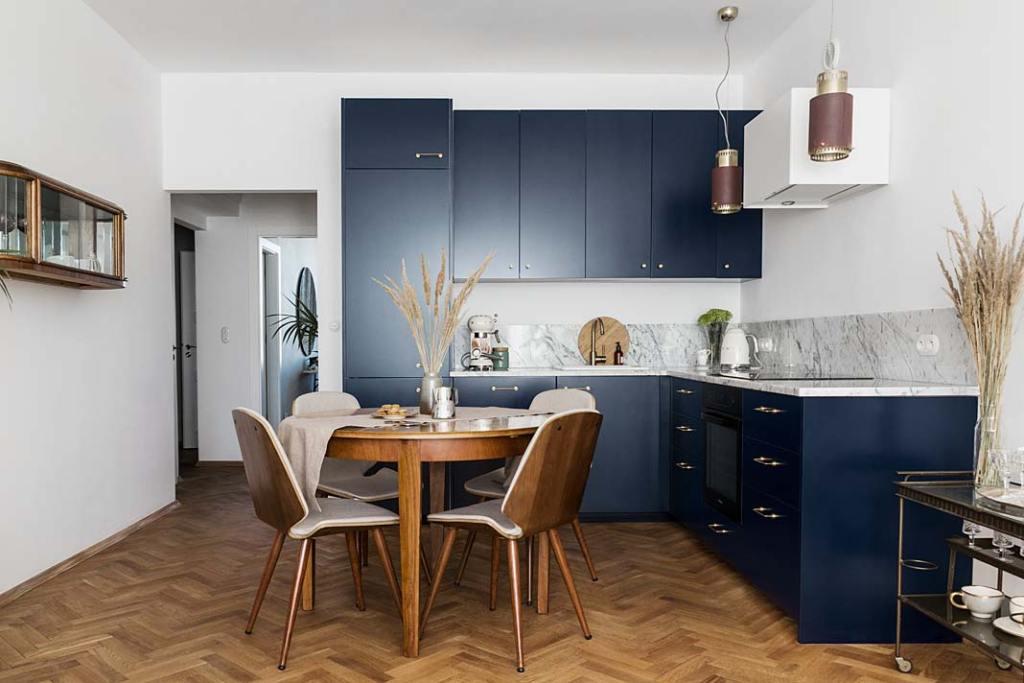Mieszkanie w modernistycznej kamienicy - kuchnia z jadalnią. Projekt: Magda Milejska i FROPT