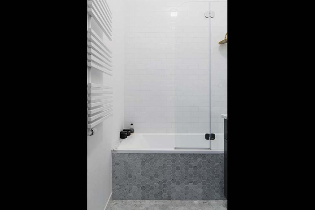 Mieszkanie w modernistycznej kamienicy - łazienka wykończona marmurem. Projekt: Magda Milejska i FROPT