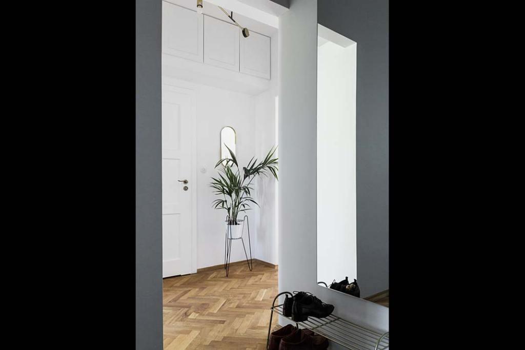 Mieszkanie w modernistycznej kamienicy - przedpokój. Projekt: Magda MIlejska i FROPT