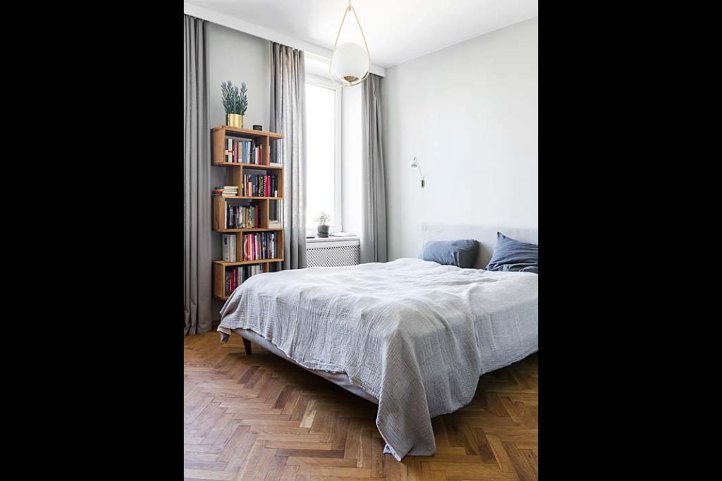 Mieszkanie w modernistycznej kamienicy - sypialnia w odcieniach szarości i piasku. Projekt: Magda Milejska i FROPT