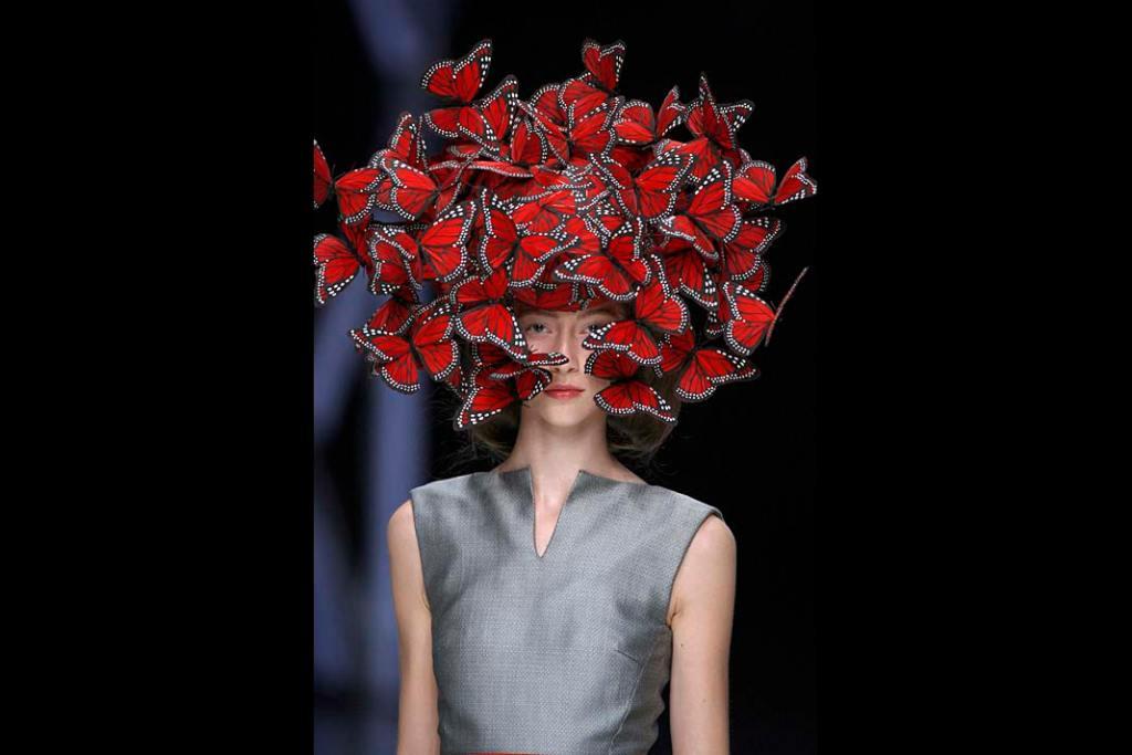 Modelka na pokazie mody Alexandra McQueena Nakrycie głowy wykonał Philip Treacy