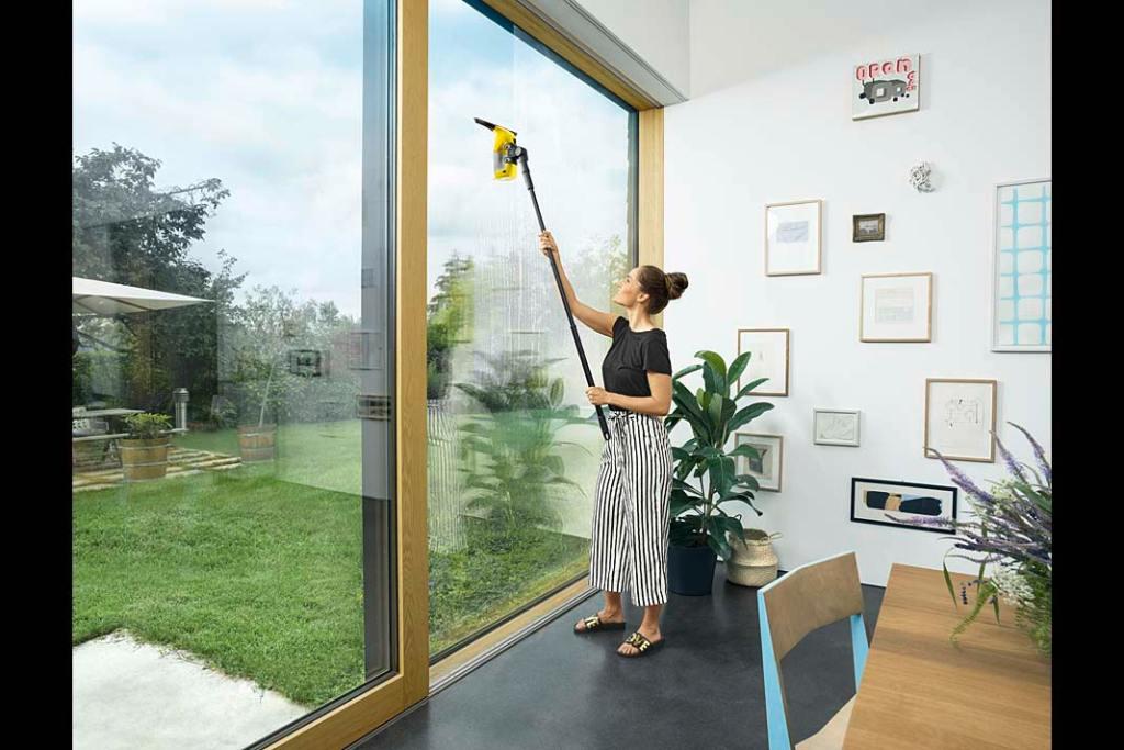 Mycie okien przy pomocy lancy i akumulatorowej myjki WV Kärcher