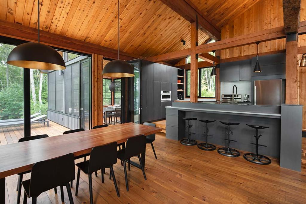 Nowoczesny dom drewniany. Otwarta kuchnia z wyspą, loftowe akcenty