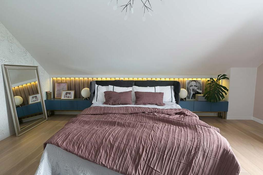 Podświetlana ściana w sypialni. Projekt: MIKOŁAJSKAstudio. Fot. Jakub Dziedzic