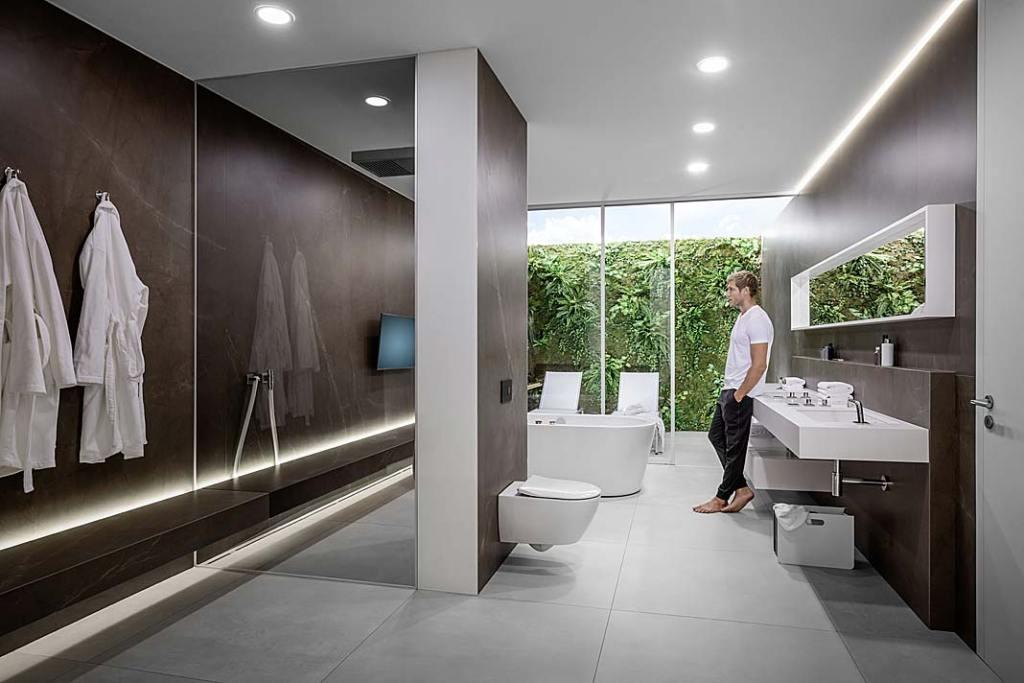 Kabina prysznicowa bez brodzika, z wbudowanym w ścianęodpływem liniowym Advantix Vario firmy Viega