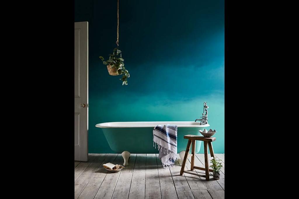 Ściana z efektem ombre pomalowana farbami Annie Sloan Chalk Paint Aubusson Blue i Provence