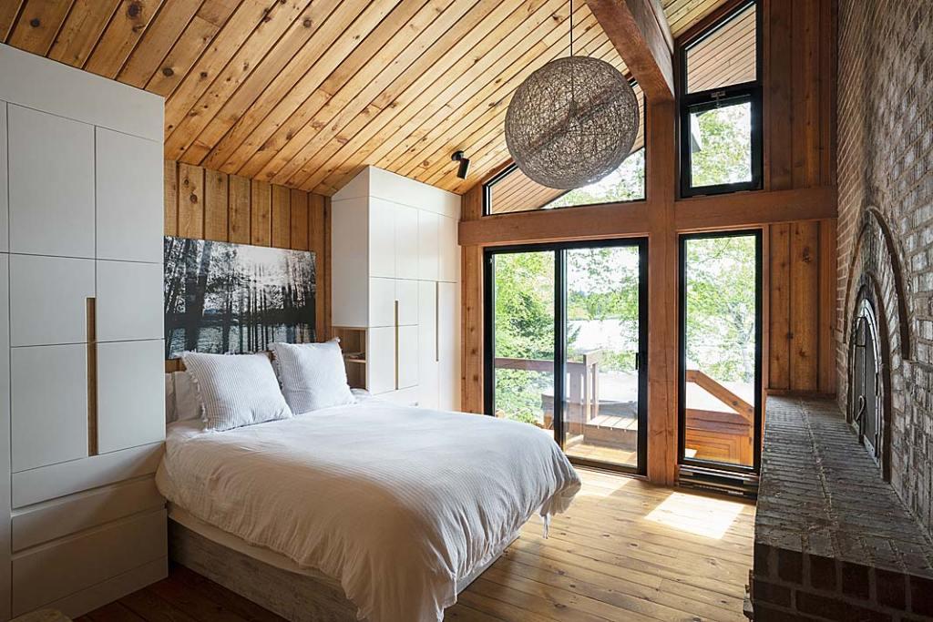 Nowoczesny dom drewniany. Sypialnia w domu nad jeziorem