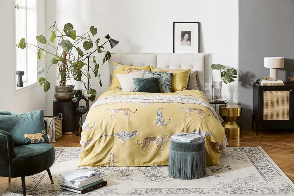 Kolory roku 2021. Sypialnia w szarościach i żółciach - propozycja marki Westwing