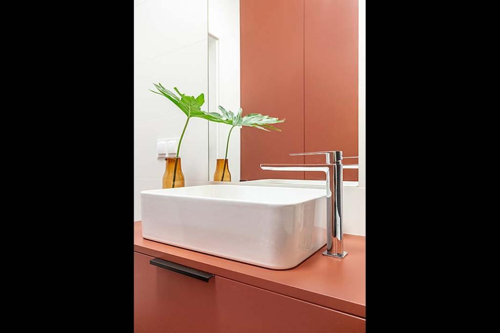 Modna łazienka, trendy 2021. Szafka podumywalkowa w kolorze koralowym, projekt Decoroom
