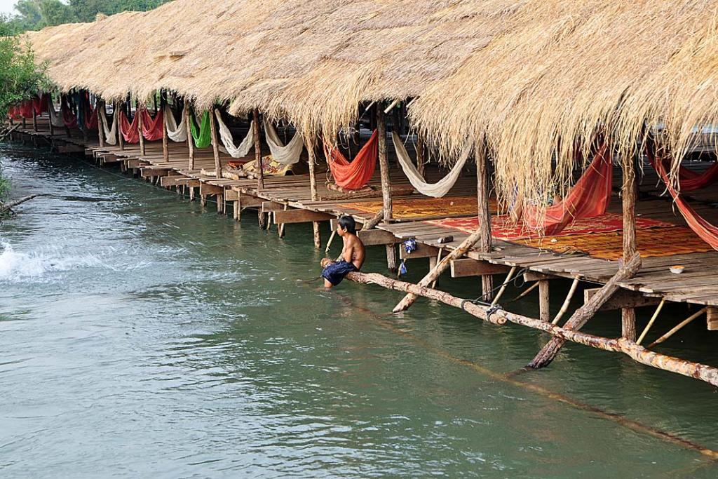Szeroka zadaszona platforma wybudowana pośrodku Mekongu