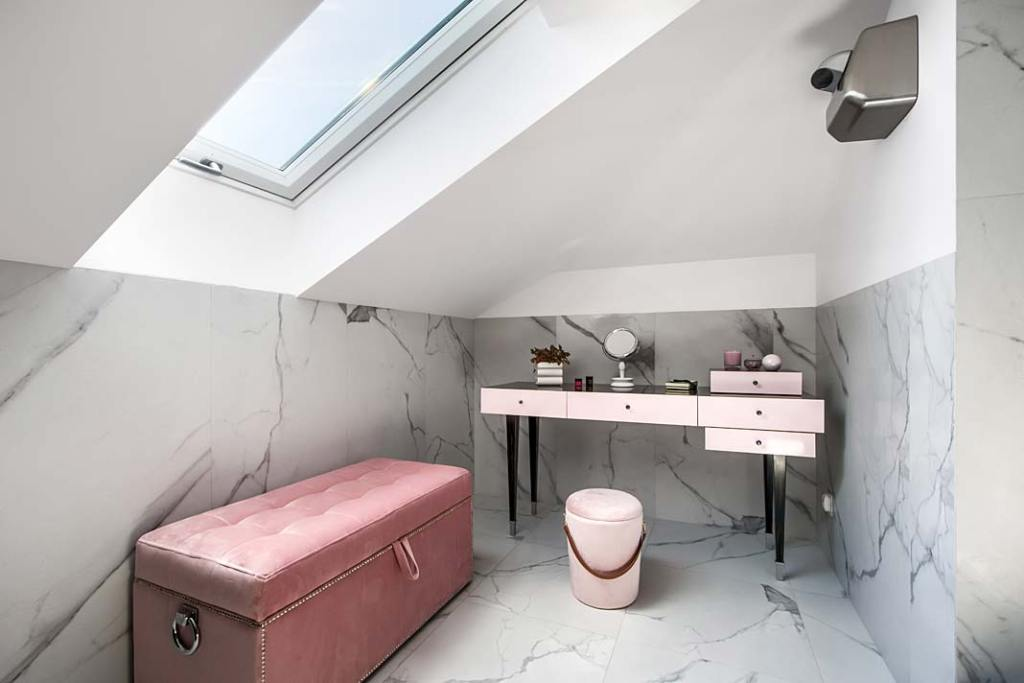 Modna łazienka, trendy 2021. Toaletka z blatem pokrytym hebanowym fornirem, wykonana przez firmę Akan