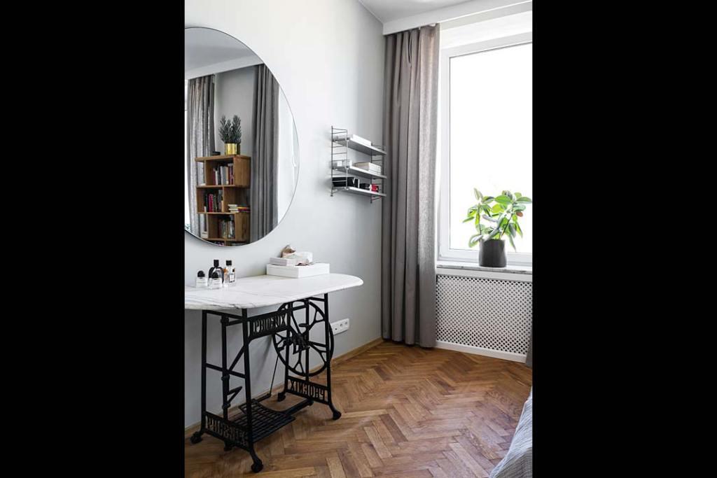 Toaletka z marmurowym blatem na podstawie starej maszyny do szycia. Projekt: Magda Milejska i FROPT