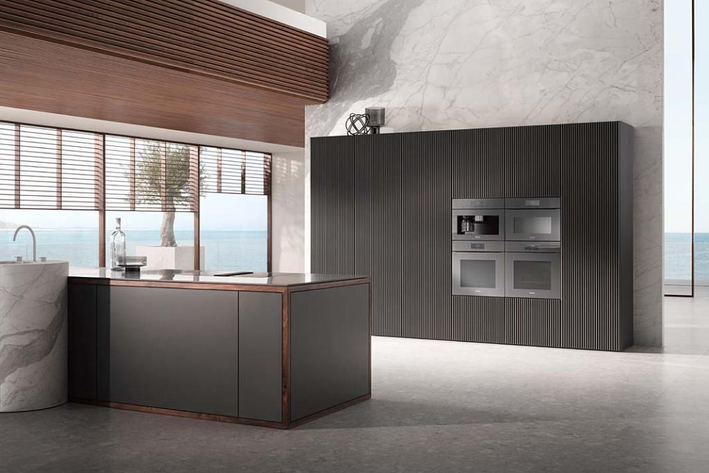 Kuchnia w odcieniach szarości. Urządzenia AGD do zabudowy z luksusowej kolekcji Generacja 7000 Graphite Grey firmy Miele