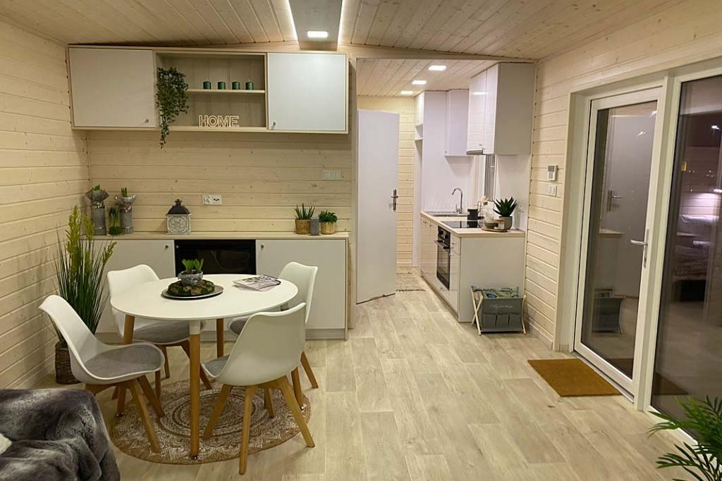 Domy mobilne, wyposażenie. Wnętrze domku PW House, kuchnia z jadalnią