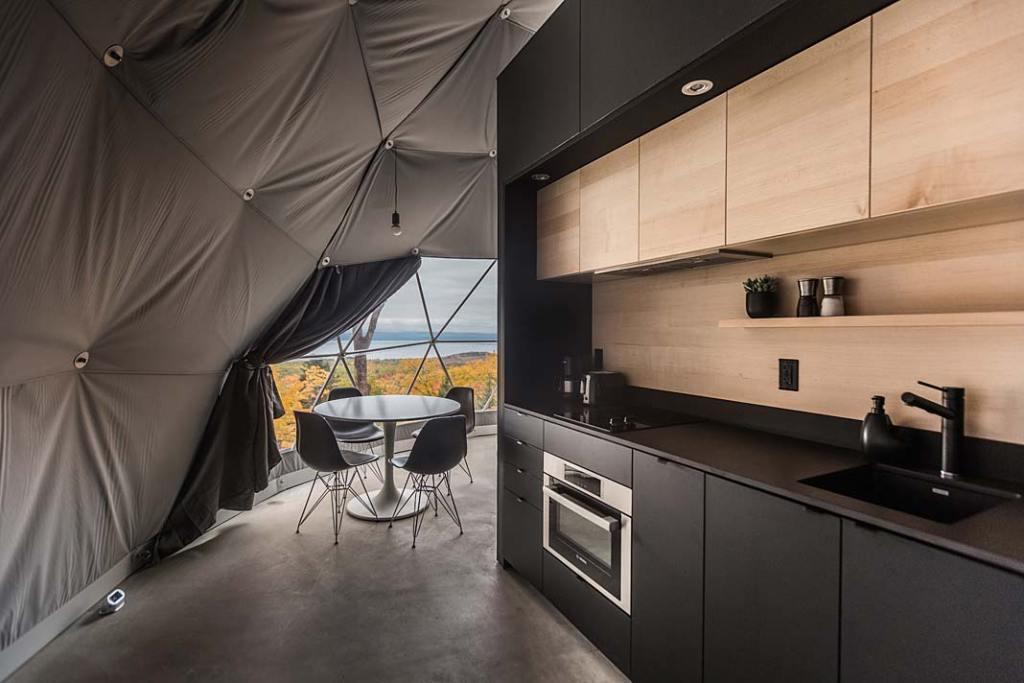 Wnętrze domu mobilnego Domes Charlevoix, kuchnia