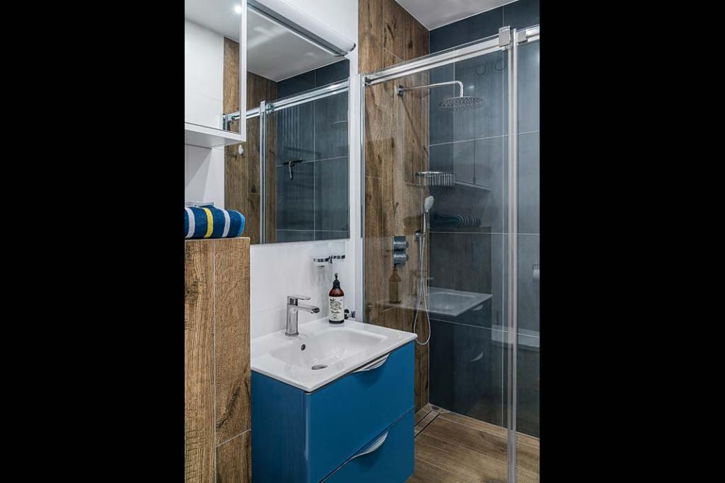 Wnętrza z żeglarskim klimatem - łazienka wykończona drewnem. Projekt: Estera i Robert Sosnowscy. Fot. Fotomohito