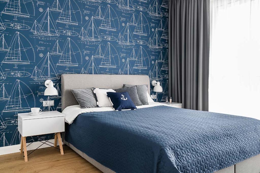Wnętrza z żeglarskim klimatem - błękitna tapeta z motywem żaglówek w sypialni. Projekt: Estera i Robert Sosnowscy. Fot. Fotomohito