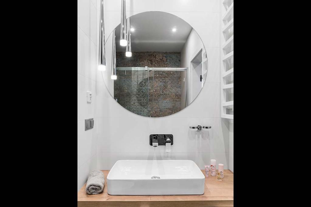 Wnętrze domu nad jeziorem Kisajno - umywalka w łazience. Projekt: Estera i Robert Sosnowscy. Fot. Fotomohito