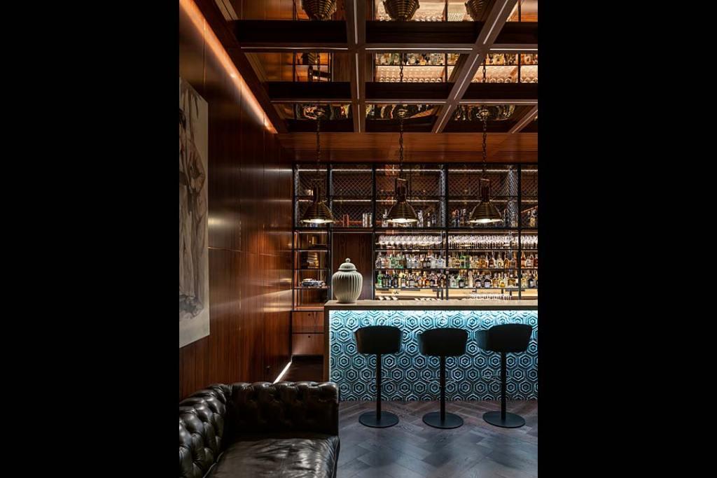Luksusowa rezydencja Futago mieści na najniższej kondygnacji bar w stylu amerykańskim.