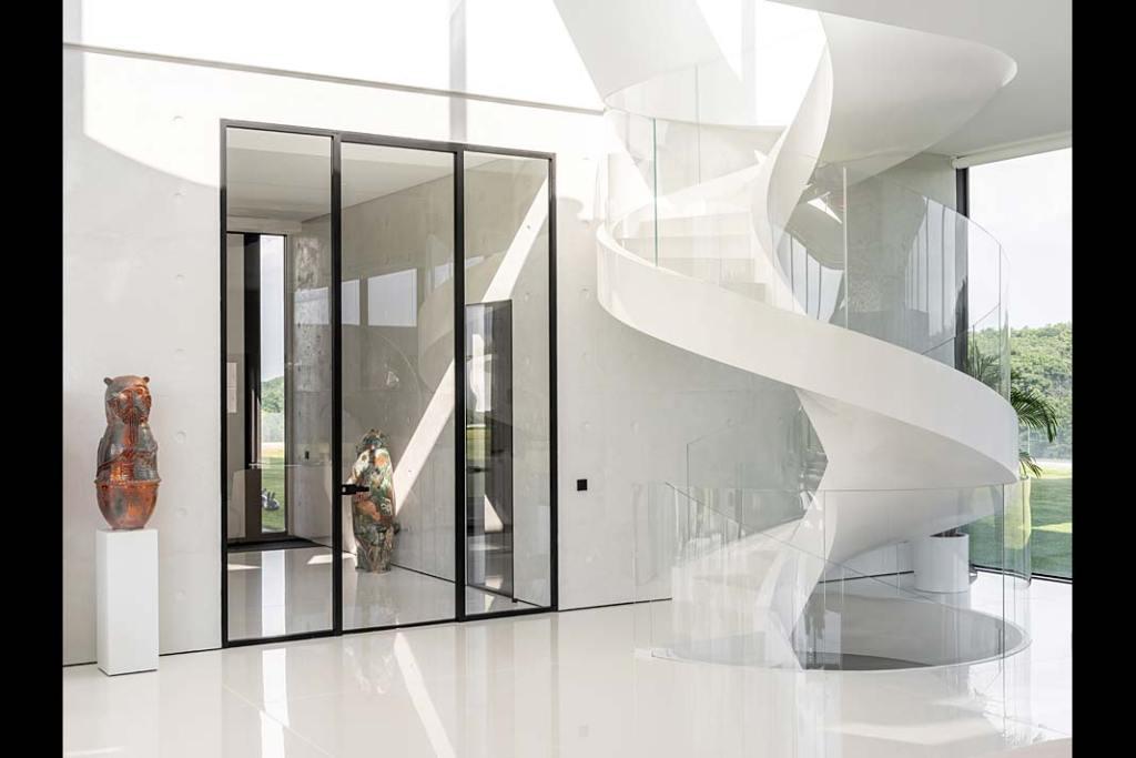 Białe schody w salonie przypominają wijącą się wstążkę