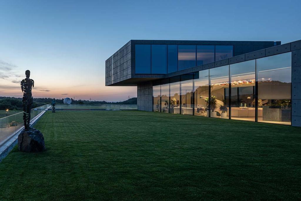 Minimalistyczna, luksusowa rezydencja wpisana w krajobraz