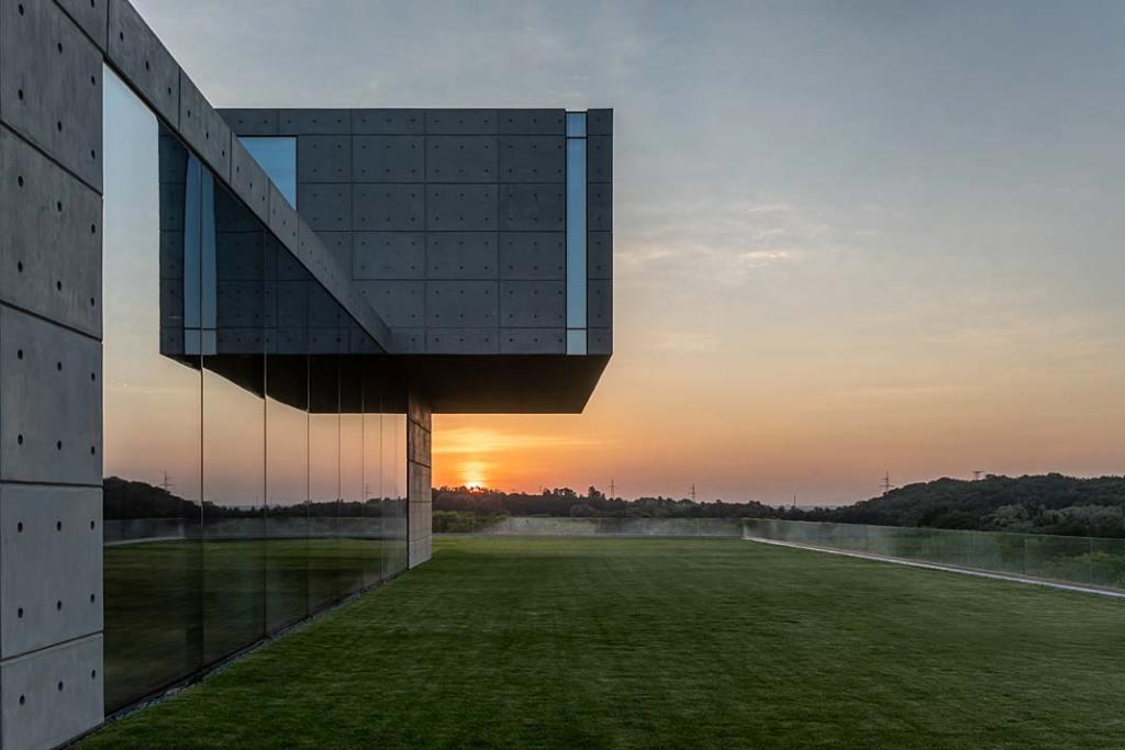 Luksusowa rezydencja z betonu i szkła inspirowana japońską architekturą