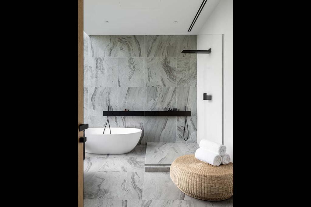 Pokój kąpielowy z wanną i dużym prysznicem czarna armatura