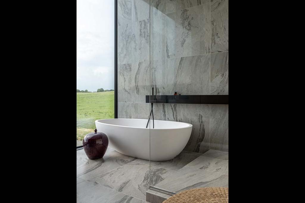 Pokój kąpielowy z wanną wolnostojącą i pięknym widokiem