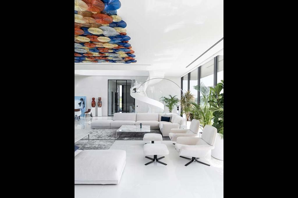 Przestronny jasny salon z kompozycją dzieł sztuki
