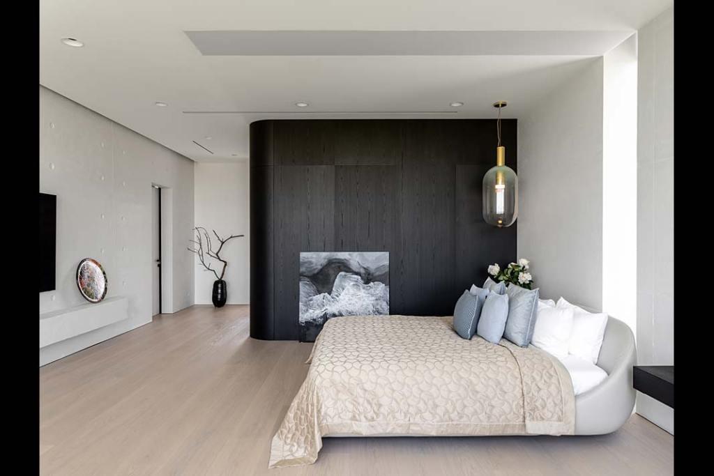 Przytulna sypialnia w kolorach ziemi i ściana wykończona drewnianym fornirem