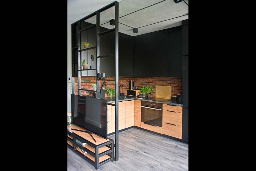 Salon wielofunkcyjny: ażurowa ścianka pomiędzy kuchnią a salonem. Projekt wnętrza: Miśkiewicz Design