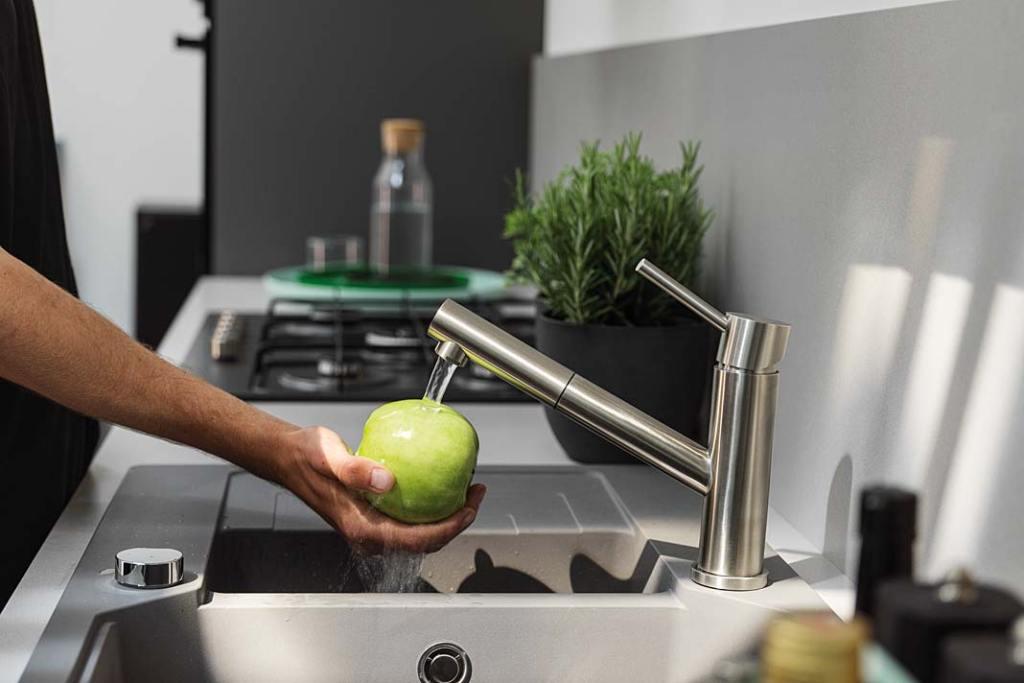 Jak zaoszczędzić wodę w kuchni? Pomocna będzie bateria Orbit marki Franke