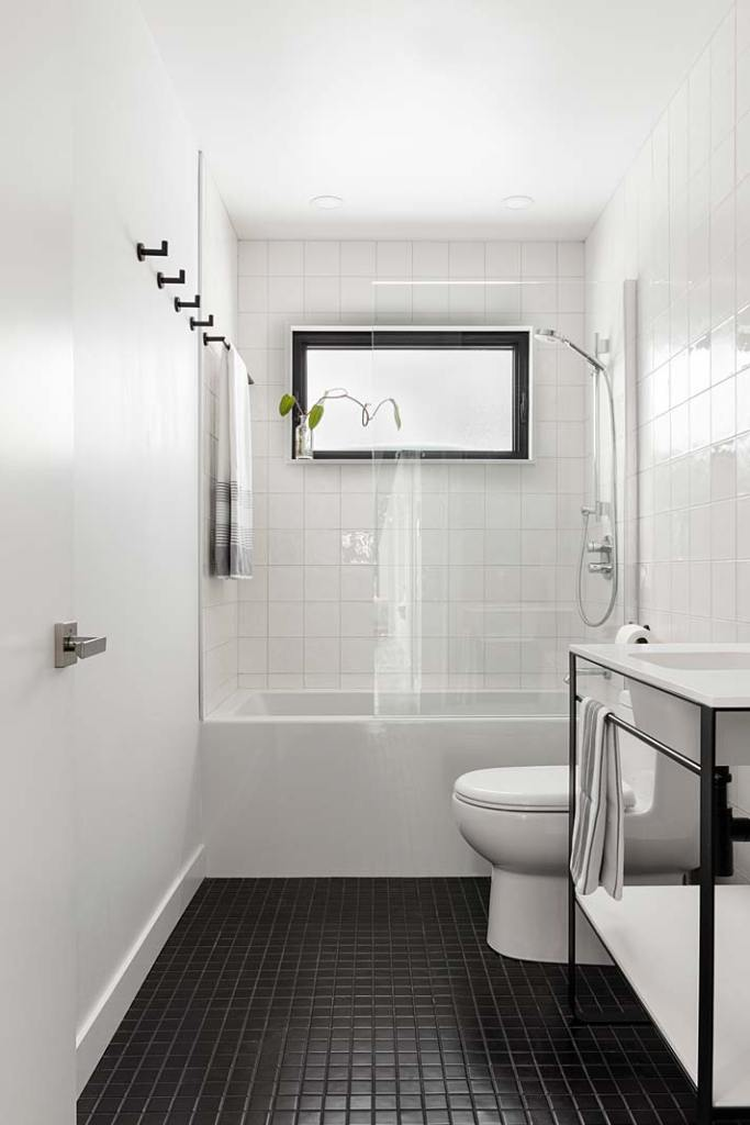 Czarno-biała łazienka z wanną
