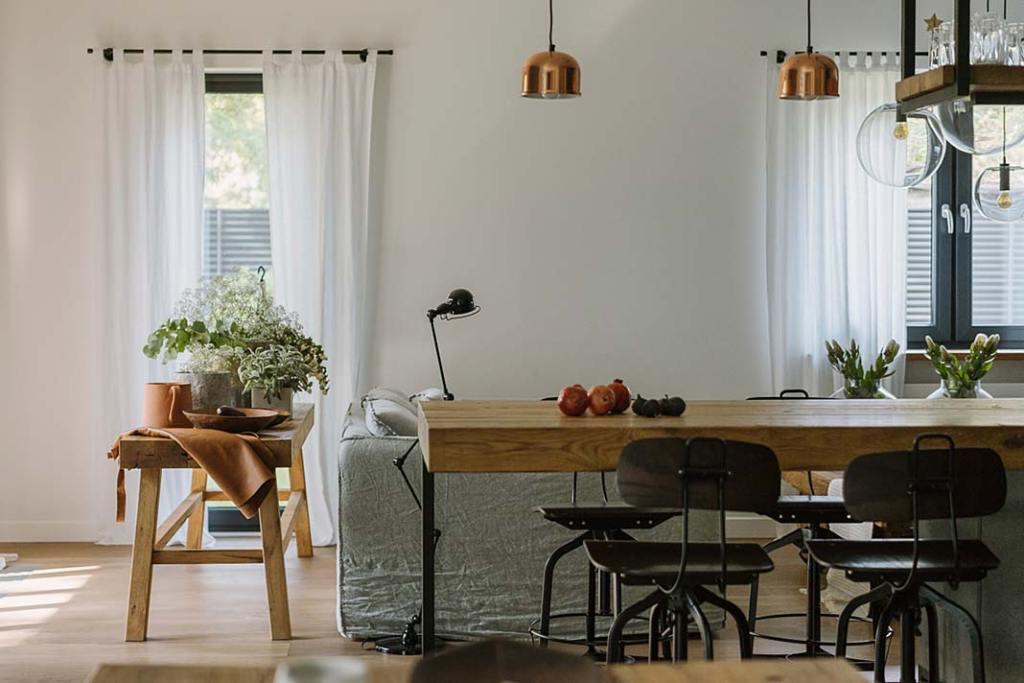 Dom na warszawskim Wawrze, widok z jadalni na salon