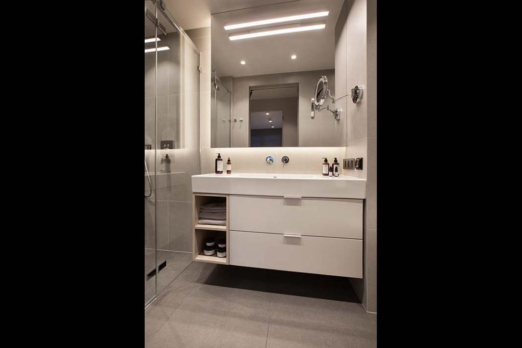 Duża umywalka z szafką w łazience. Projekt: Natalia Jargiełło