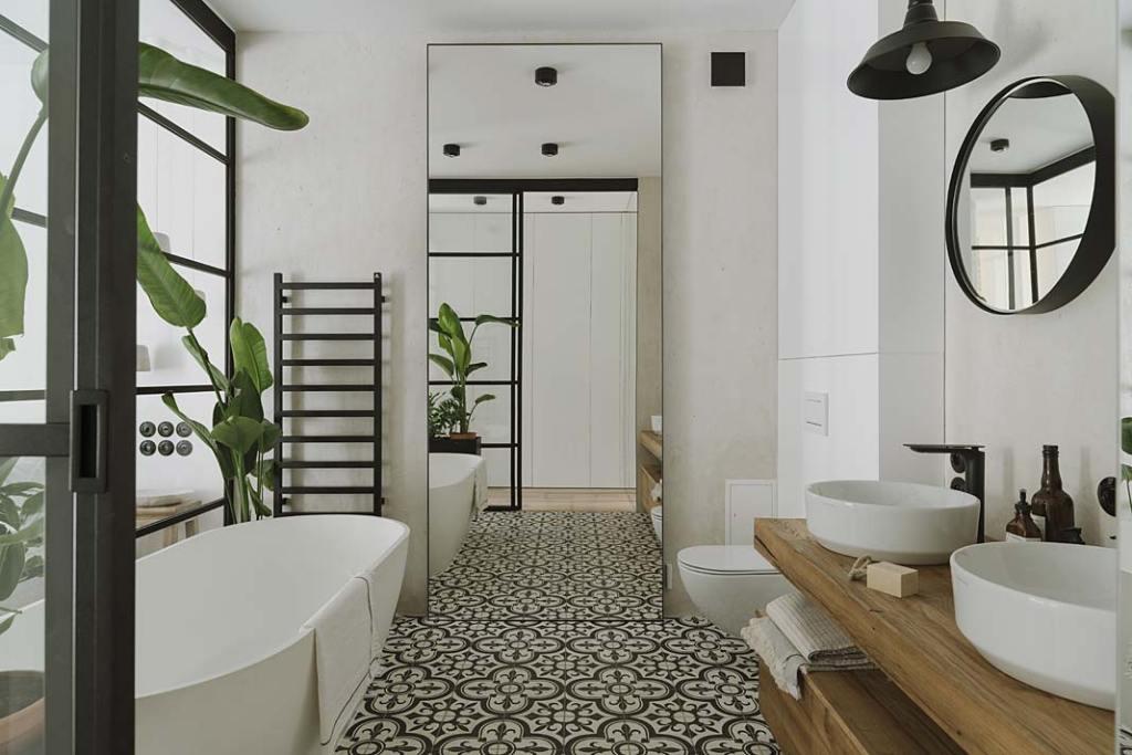 Duże lustro naprzeciwko wejścia do łazienki powiększa optycznie wnętrze