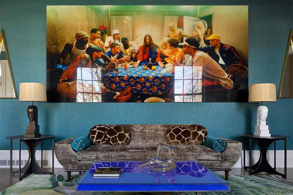 Kolorowe wnętrze apartamentu w Nowym Jorku, nowoczesna interpretacja Ostatniej Wieczerzy Leonarda da Vinci