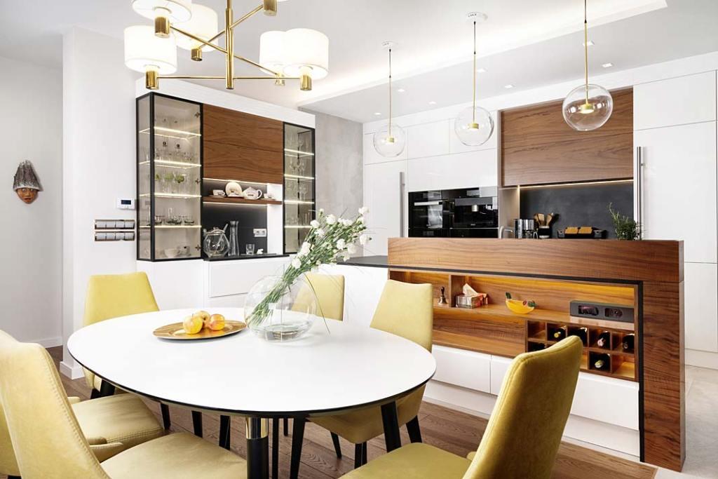 Przytulny dom dla rodziny. Elegancka jadalnia z okrągłym stołem. Projekt Marcelina Rzońca