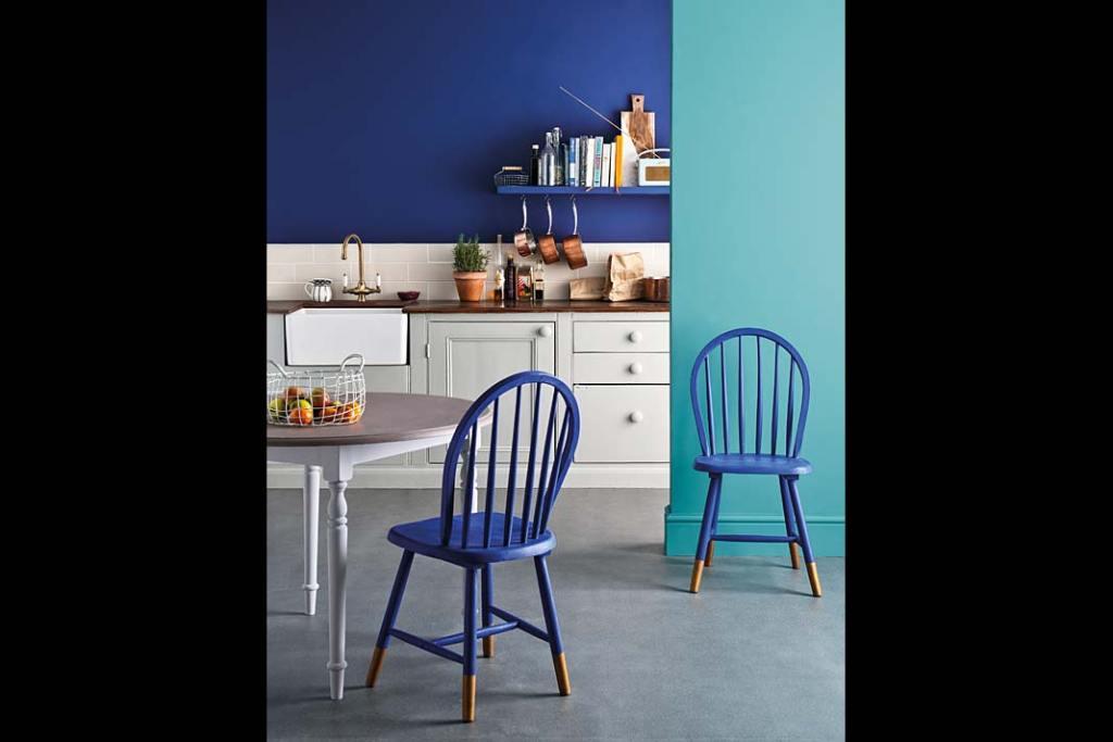 Farba w kolorze Napoleonic Blue od Annie Sloan. Kolor roku 2020, kuchnia