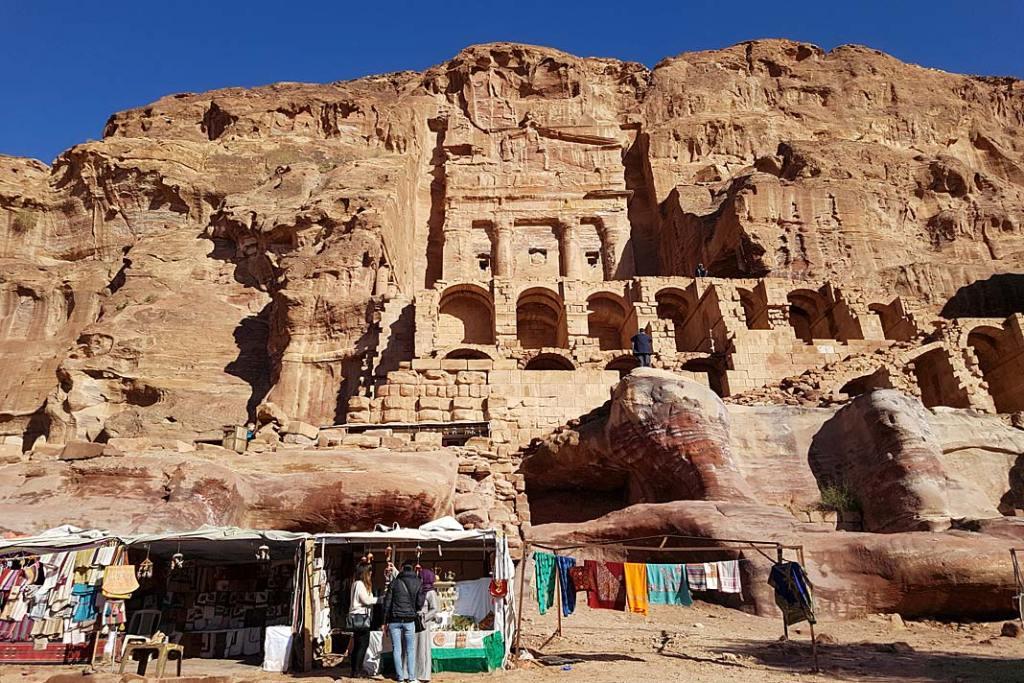 Atrakcje Jordanii: fasada jednego z grobów królewskich w Petrze