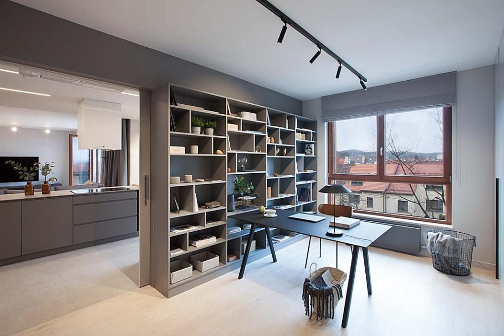 Nowoczesne mieszkanie dla rodziny. Gabinet od części dziennej oddzielają przesuwne drzwi. Projekt: Natalia Jargiełło